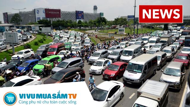 Hàng nghìn xe kẹt cứng suốt 5 giờ ở sân bay Tân Sơn Nhất, hành khách kéo hành lý chạy bộ cho kịp chuyến bay