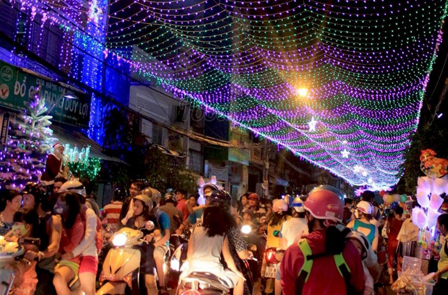 Hẻm Sài Gòn đón Giáng Sinh rực rỡ