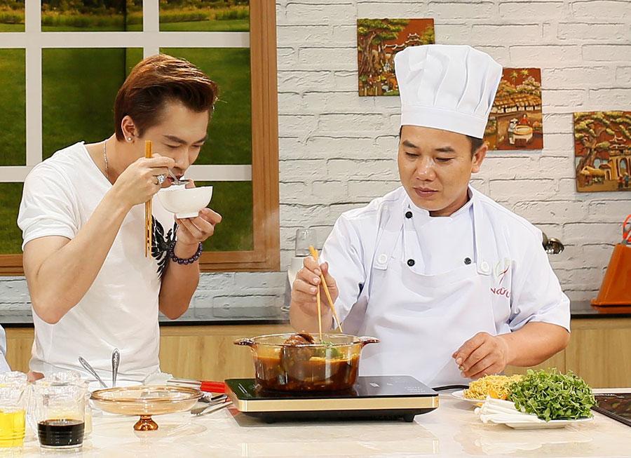 Hồ Việt Trung không kiềm chế được bản thân trước món ăn yêu thích