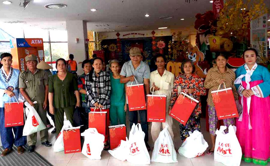 LOTTE Mart tặng hơn 800 phần quà hơn 200 triệu đồng cho các gia đình có hoàn cảnh khó khăn vui đón Tết