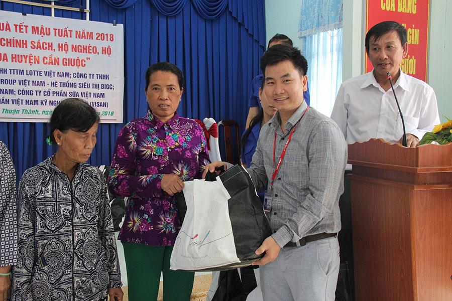 LOTTE Mart cùng Sở Công Thương Tp.HCM tặng quà Tết cho các hộ chính sách, hộ nghèo, gia đình khó khăn tại Long An