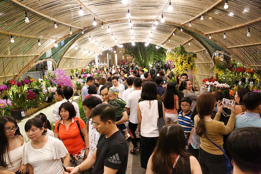 Hàng ngàn du khách tham quan thưởng ngoạn Hội hoa xuân Phú Mỹ Hưng Tết Mậu Tuất 2018