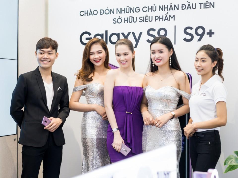 Ngọc Trinh đẹp tinh khôi đi sắm Galaxy S9+ trong ngày đầu tiên mở bán