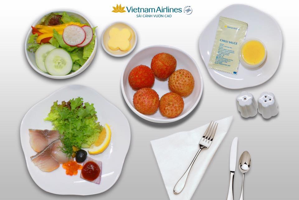 Vietnam Airlines đưa vải thiều vào phục vụ trên các chuyến bay