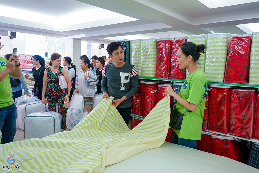 Bắt gặp diễn viên, MC Đình Toàn đi mua sắm chăn ra gối nệm