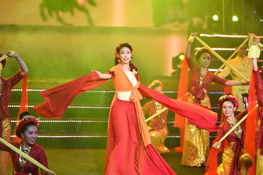 Hà Kiều Anh khoe giọng hát trên sân khấu Hoa Hậu Việt Nam