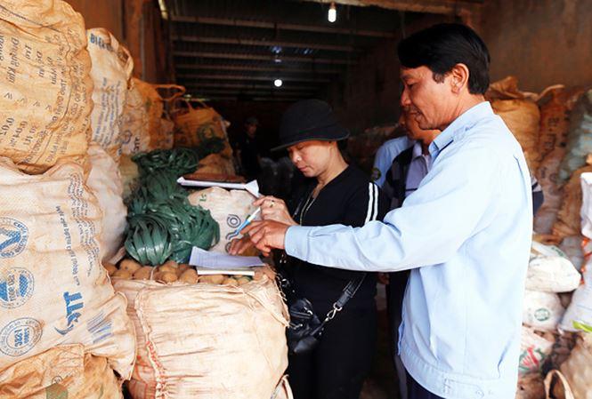 Chuyển hàng trăm tấn khoai tây Trung Quốc ra khỏi chợ nông sản Đà Lạt