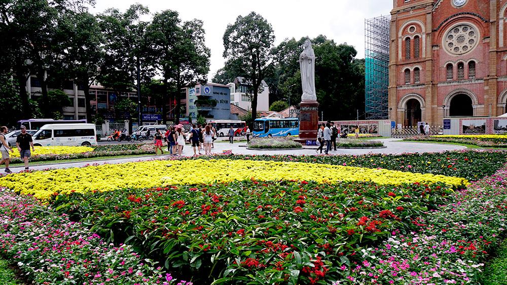 Ngắm công viên hoa trước nhà thờ Đức Bà ở Sài Gòn