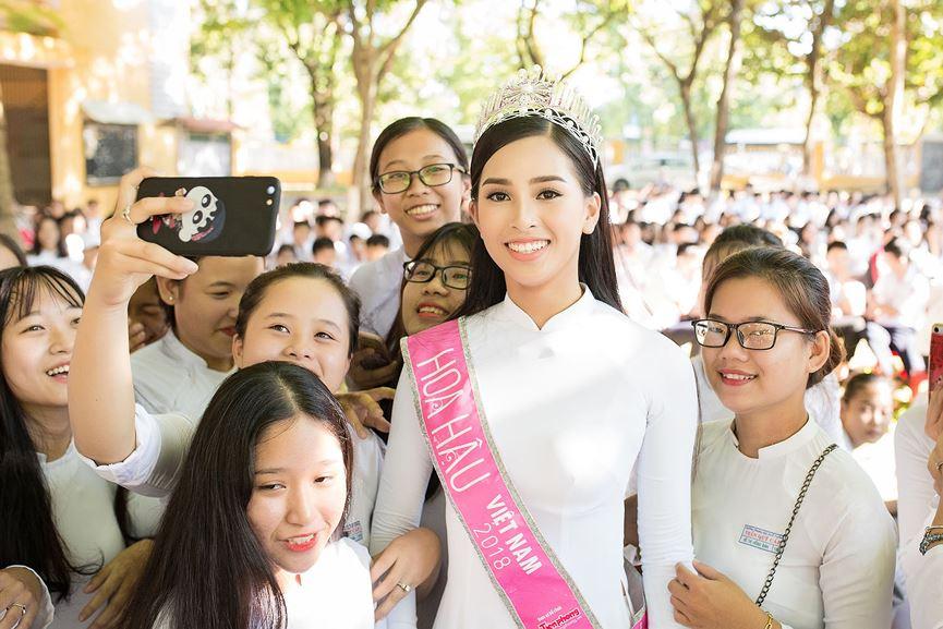 Hoa hậu Tiểu Vy đẹp hút hồn với áo dài trắng khi về thăm trường cũ