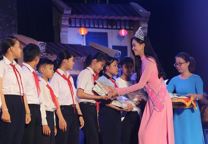 Hoa hậu Trần Tiểu Vy vui đêm hội trăng rằm cùng trẻ em Quảng Nam