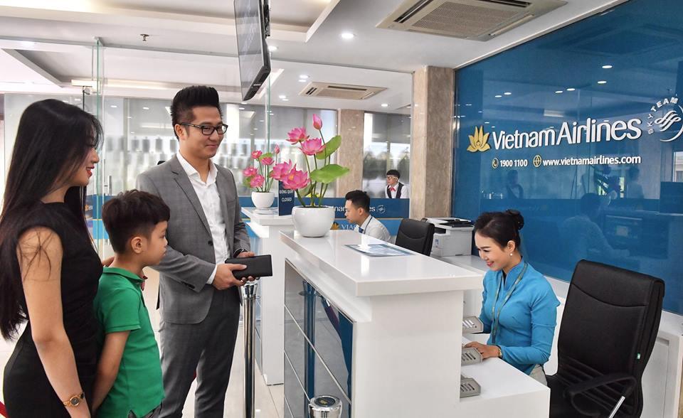 Hành khách Vietnam Airlines thoải mái làm thủ tục bên ngoài sân bay