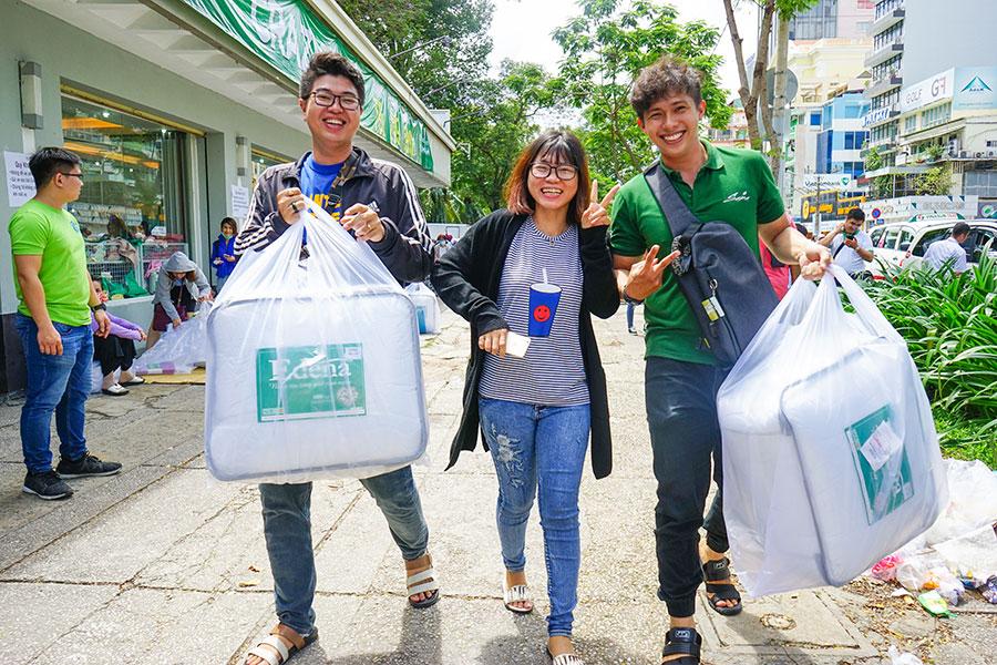 Người Sài Gòn tấp nập mua sắm chăn ra gối nệm giảm giá mạnh vào ngày cuối tuần