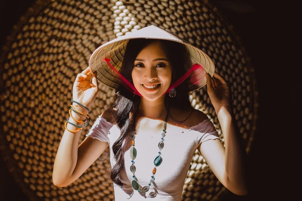 Tiểu Vy chọn quà đặc biệt tặng các bạn bè các nước tại Miss World 2018