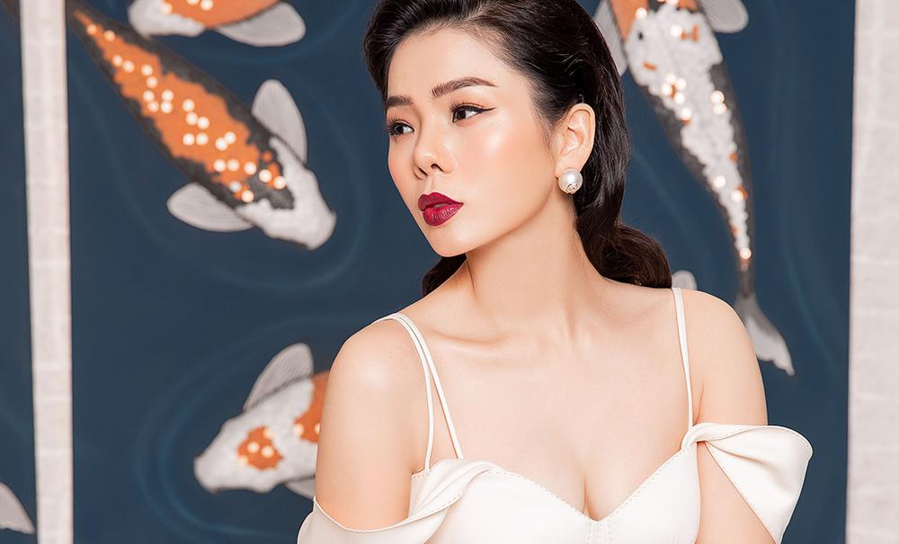 Lệ Quyên đẹp kiêu sa trong trang phục hở vai tại không gian nội thất tuyệt đẹp của Phố Xinh