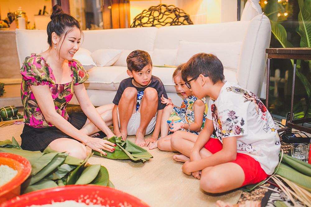 Hà Kiều Anh giản dị, quây quần gói bánh chưng cùng gia đình