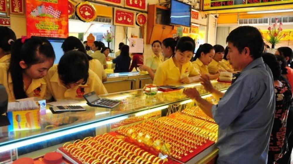 Người dân đổ xô mua sản phẩm vàng ngày Thần tài và lễ Tình nhân