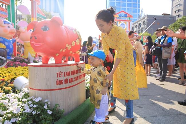 Khách tham quan đường hoa Nguyễn Huệ ủng hộ 126 triệu đồng cho học sinh nghèo