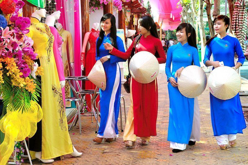 Mặc áo dài được miễn phí vé vào cổng Đầm Sen