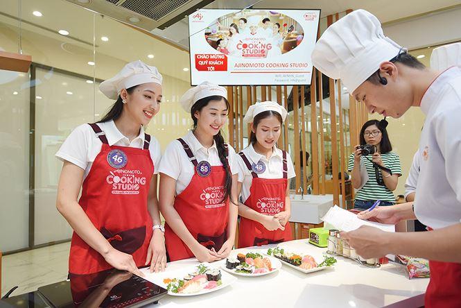 Top 15 Cuộc thi Đại sứ thiện chí Hoa Anh Đào 2019 trải nghiệm làm sushi tại Ajinomoto Cooking Studio