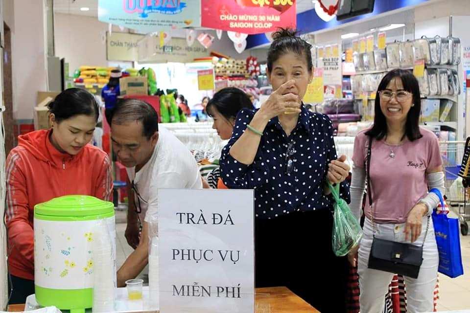 Vào siêu thị Co.opmart tránh nóng, người dân Sài Gòn được mời nước lạnh miễn phí