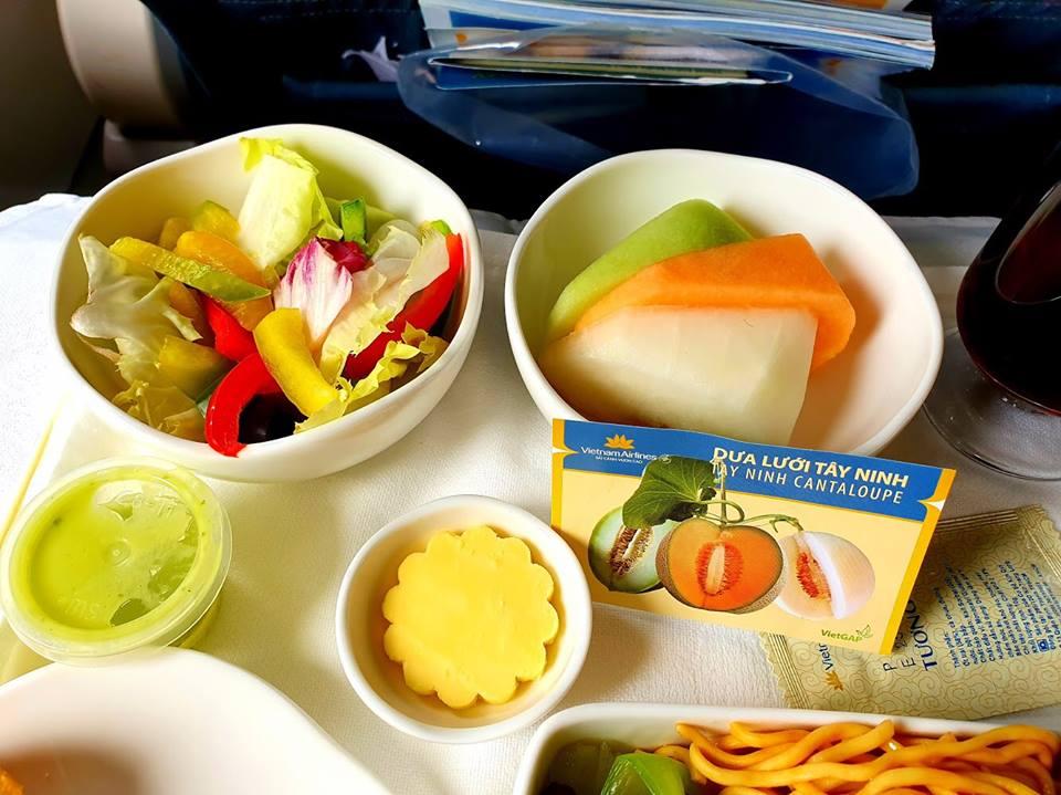 Đặc sản dưa lưới Tây Ninh và thanh long Bình Thuận lên suất ăn Vietnam Airlines