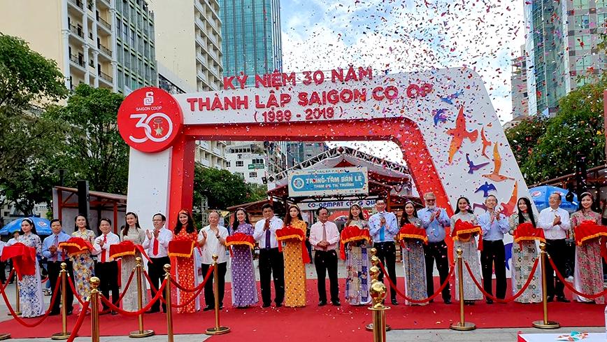 Tưng bừng khai mạc chương trình kỷ niệm Saigon Co.op 30 năm hình thành và phát triển tại Phố đi bộ Nguyễn Huệ