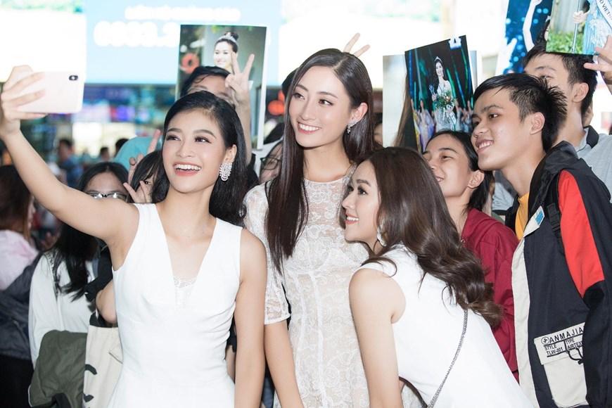 Top 3 Miss World Việt Nam gây 'náo loạn' sân bay Tân Sơn Nhất