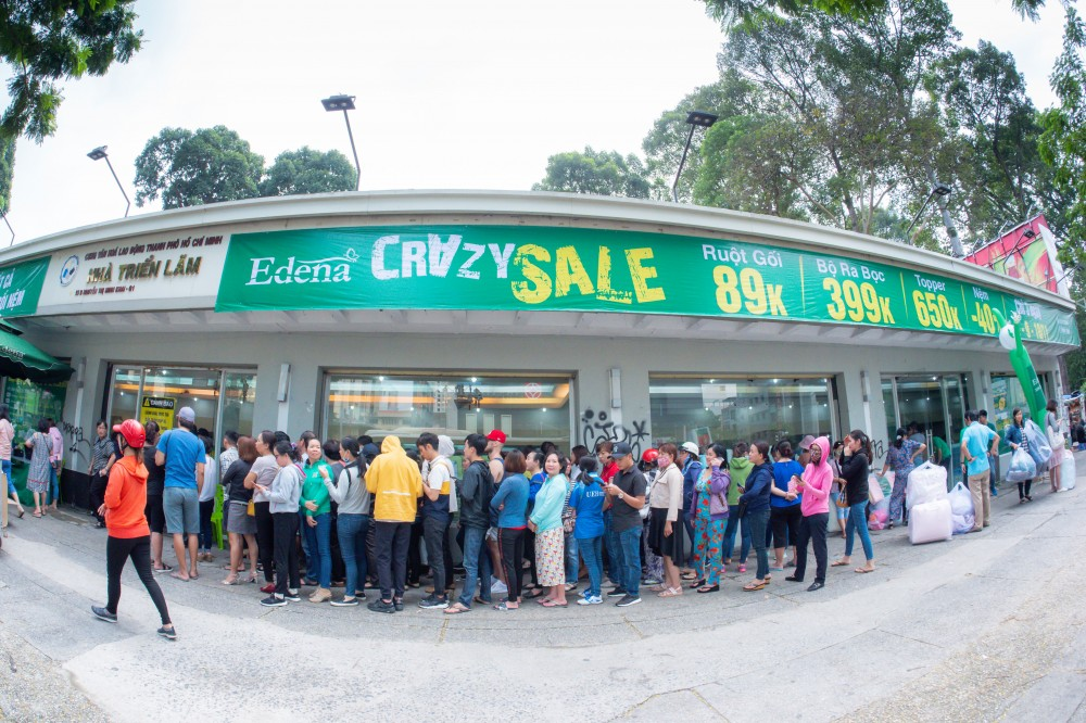 Người Sài Gòn xếp hàng dài chen nhau mua chăn ra gối nệm Edena giảm giá cực lớn