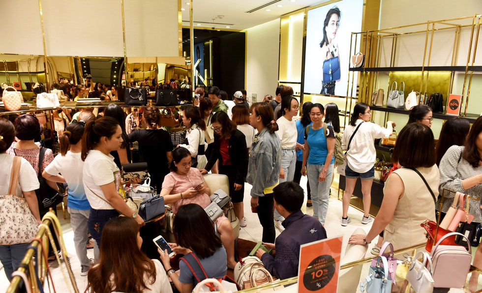 Trung tâm mua sắm ở Sài Gòn đông như trẩy hội trong ngày Black Friday