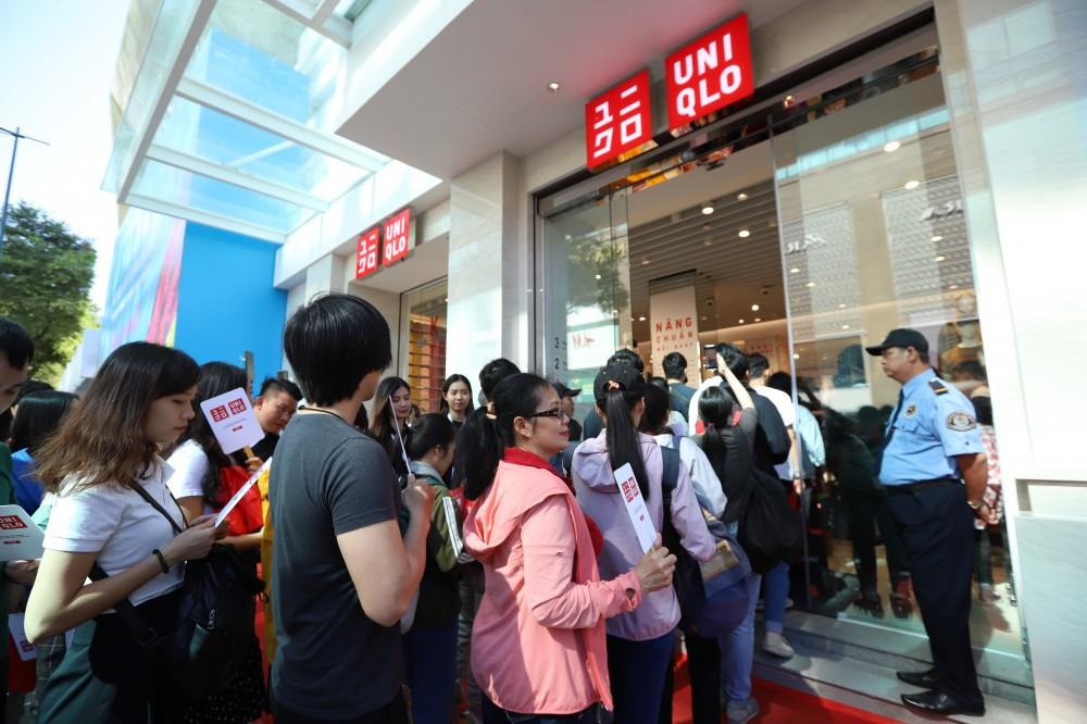 Hơn 2000 khách hàng xếp hàng đợi khai trương cửa hàng UNIQLO Đồng Khởi
