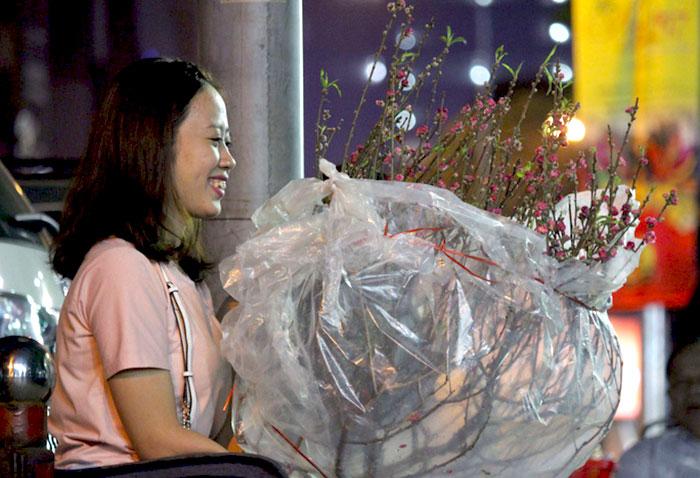 Người Sài Gòn bắt đầu 'săn' hoa đào chơi tết