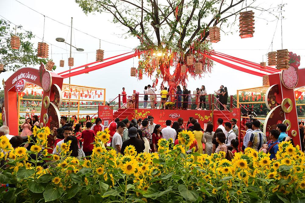 Người dân Sài Gòn đổ về Hội hoa xuân Phú Mỹ Hưng Tết Canh Tý 2020 trong đêm khai mạc