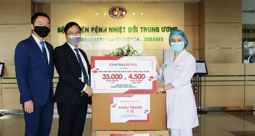 Central Retail trao tặng 70.000 khẩu trang y tế và 9.000 kính chống giọt bắn giúp đội ngũ tuyến đầu an tâm chống dịch Covid-19