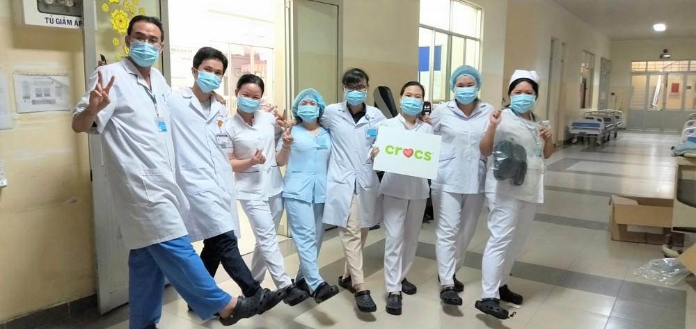 Crocs Việt Nam trao tặng 800 đôi dép cho đội ngũ y bác sĩ tuyến đầu chống dịch Covid – 19