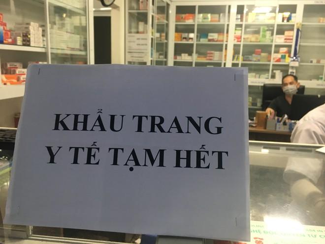 Giá khẩu trang y tế tại TP.HCM : 'Điệp khúc' cháy hàng, giá leo thang