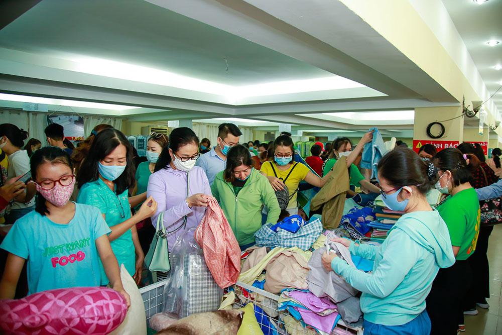 Người Sài Gòn hào hứng mua sắm chăn ra gối nệm với giá siêu ưu đãi trong ngày cuối tuần