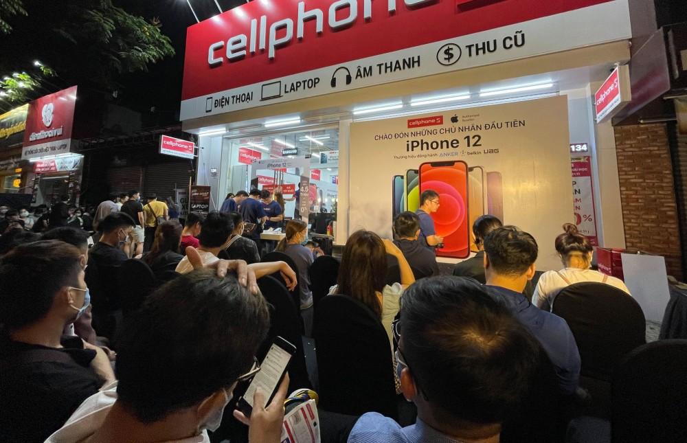 Hàng trăm khách hàng xếp hàng dài trong đêm chờ mua iPhone 12