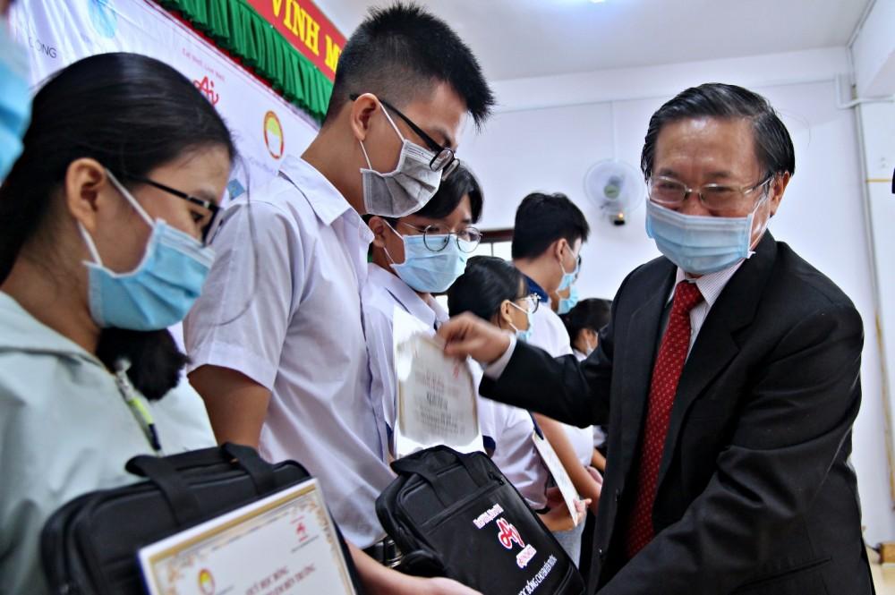"""340 học sinh tỉnh Đồng Nai nhận học bổng """"Cho em đến trường"""""""