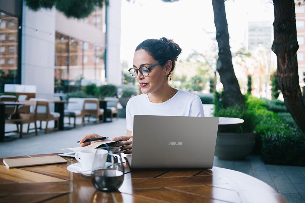 ASUS ra mắt bộ đôi laptop giá rẻ siêu di động, viền màn hình mỏng và gọn nhẹ