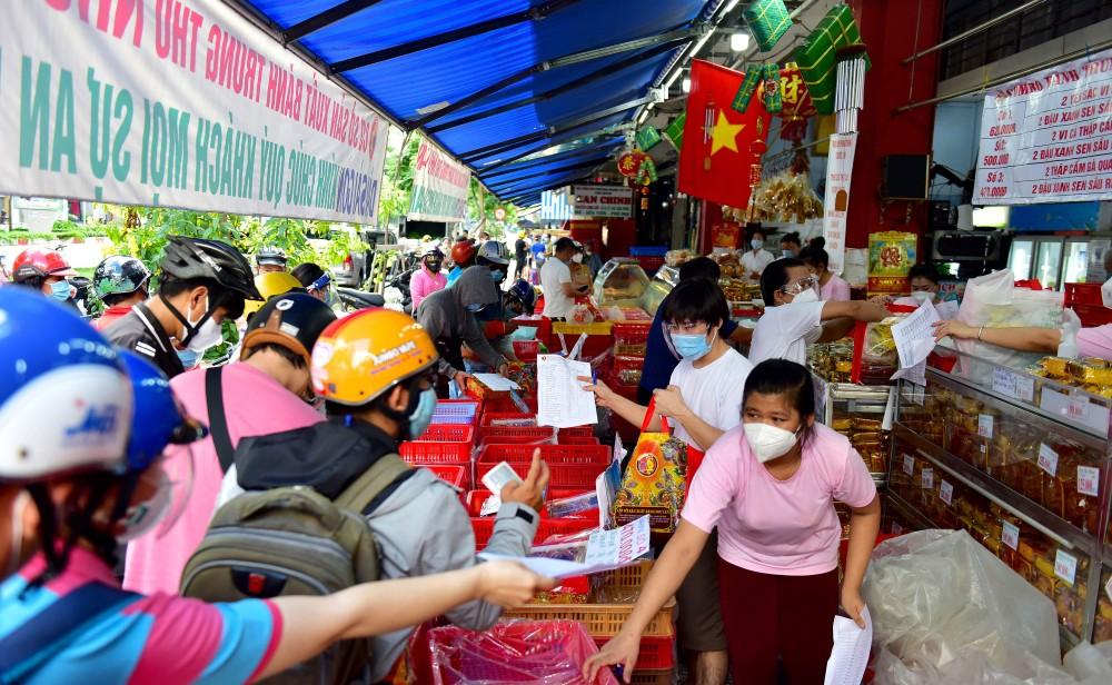 Người dân TPHCM xếp hàng dài chờ mua bánh Trung thu