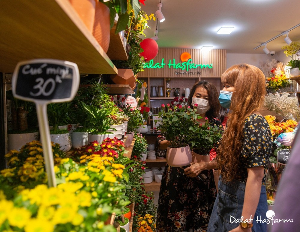 Thị trường quà tặng dịp lễ 20.10 tại TP.HCM : Phong phú và đa dạng nhưng cửa hàng sợ sức mua giảm mạnh